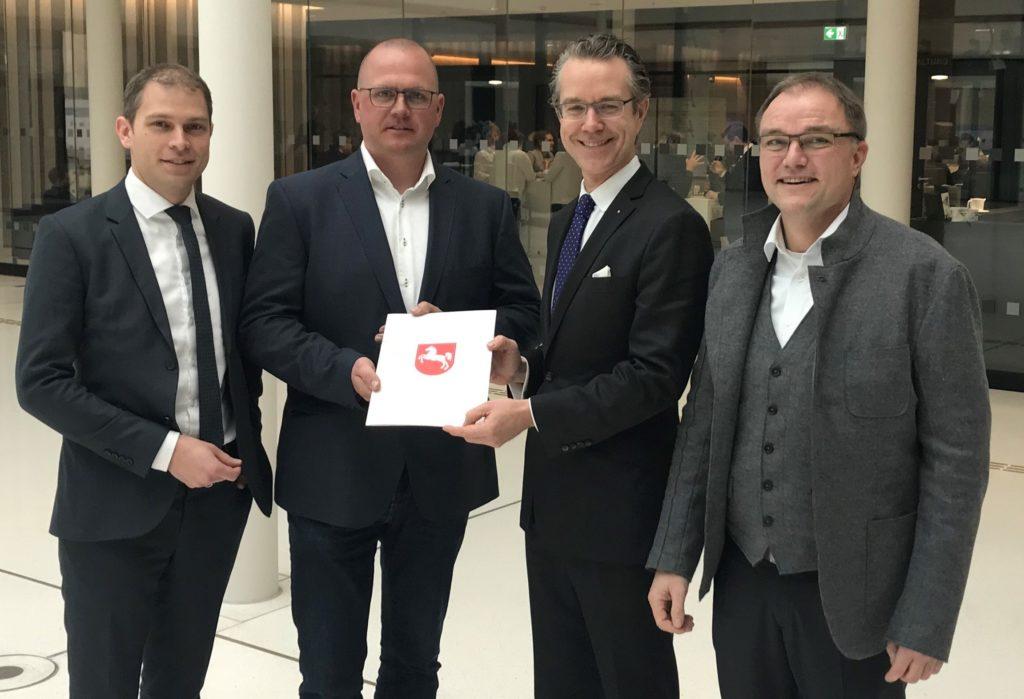 博士 经济事务,劳工,运输和数字化部国务秘书Berend Lindner将拨款决定交给4PL Itermodal GmbH公司
